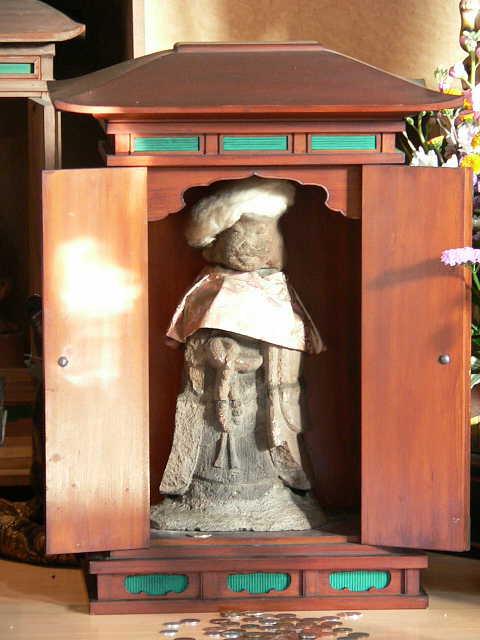 中井 自性院 猫地蔵    (じしょういん ねこじぞう)     Nakai Jishoin Temple Neko-Jizou          3.FEB.2005                 天空仙人の神社仏閣めぐり